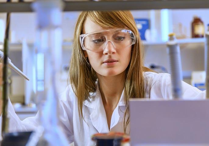 Junge Forscherin bei der Arbeit