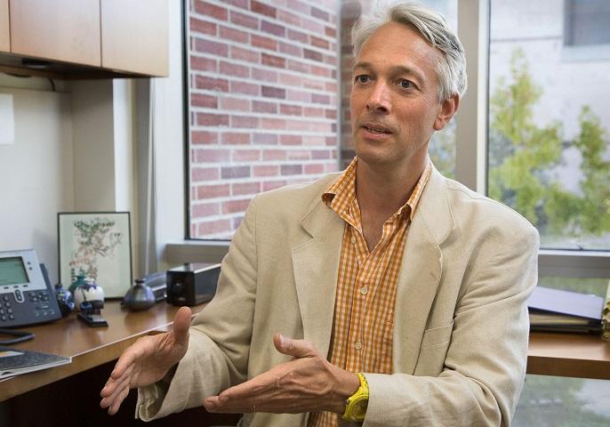 Der Systembiologe Alex Hoffmann in seinem Büro