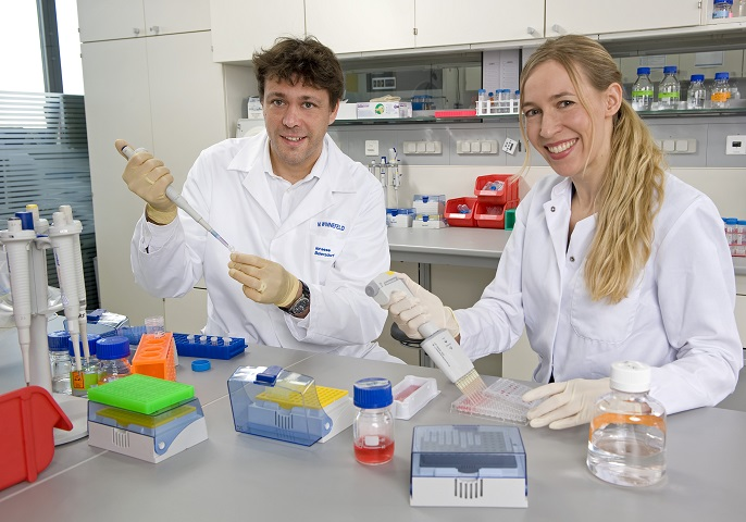 Das Bild zeigt Sabine Hagemann und Marc Winnefeld im Labor.