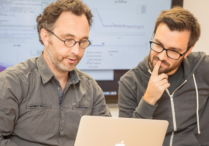 Forscher bei der Diskussion der Modellierungssoftware