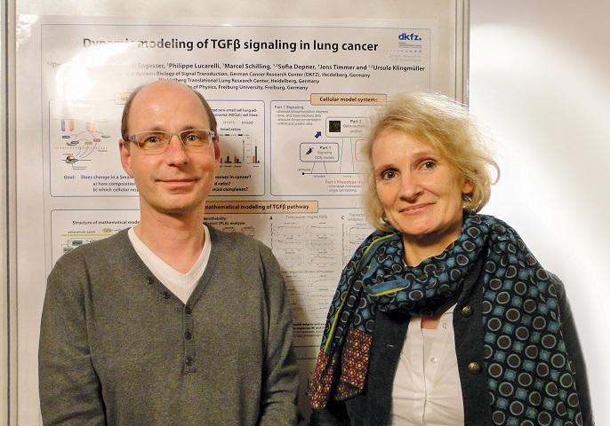 Das Bild zeigt Ursula Klingmüller und Jens Timmer bei der Präsentation gemeinsamer Projekte in Heidelberg.