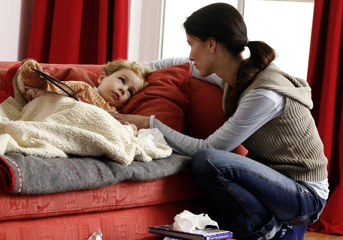Mutter kümmert sich um ihr krankes Kind.