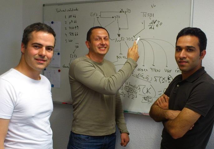 Der Physik-Professor Julio Vera-Gonzalez (links) mit Kollegen